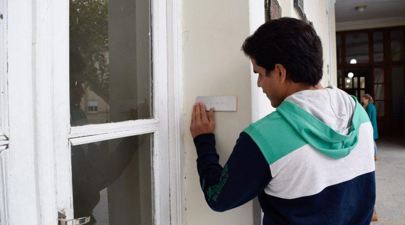 Antonio Ortiz colocó la señalización en Braille en las aulas del Colegio