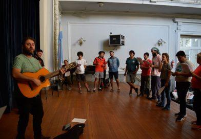 El director de la Murga La Trasnochada brindó un taller de murga en el Colegio
